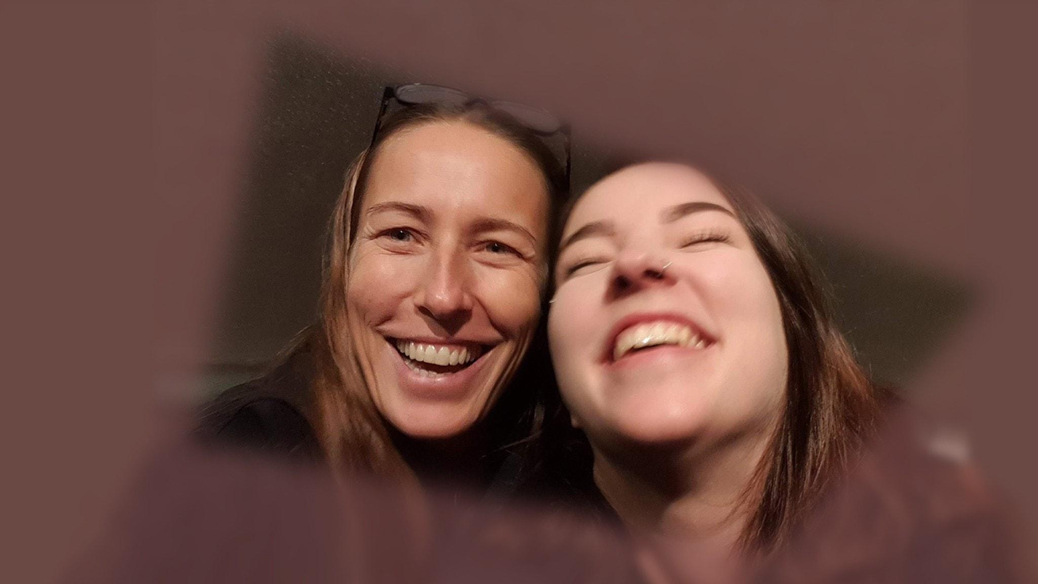 Cilla Zbinden med dottern Lisa. Båda skrattar och är nära varandra.