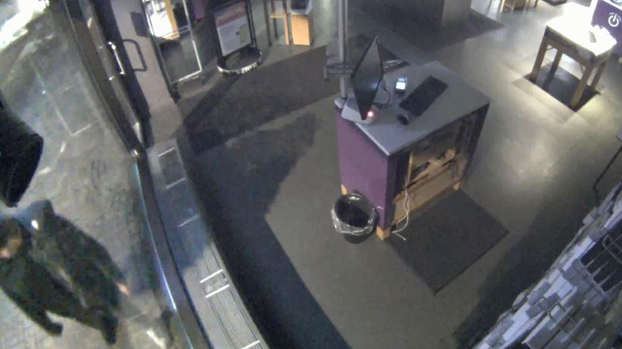 Polisen tittar igenom timmar av övervakningsfilmer. Har de hittat gärningsmannen?