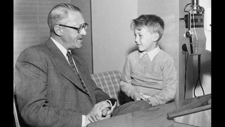 Sven Jerring intervjuas av pojken Mats Hamberg 1951. Foto: Jarl Ekenryd / SVT Bild