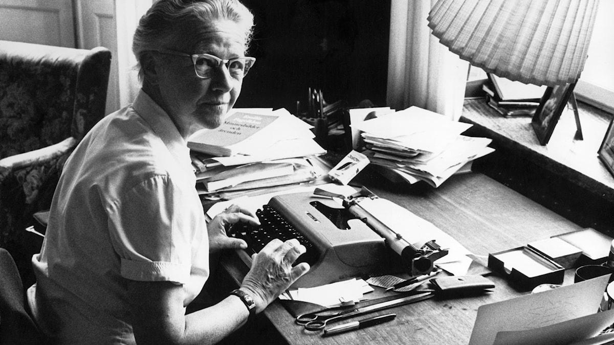 Barbro Alving vid en skrivmaskin 1964.