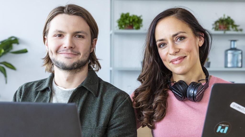 En kvinna och en man med två datorer.