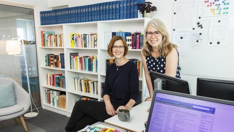 Lena Olausson och Lotta Ederth, språkvårdare på SR, SVT och UR.