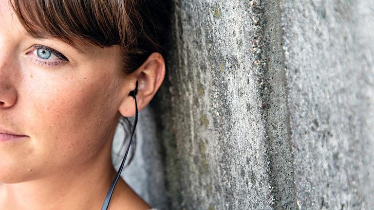 En kvinna som lyssnar på radio.