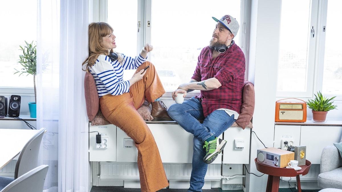 Två personer som lyssnar på radio.