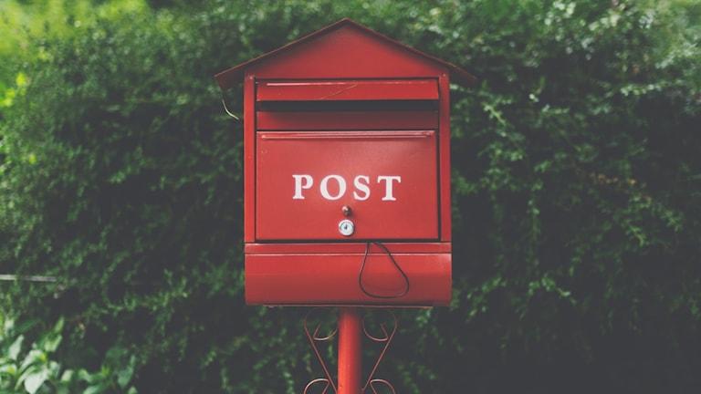 Bild på en röd brevlåda.