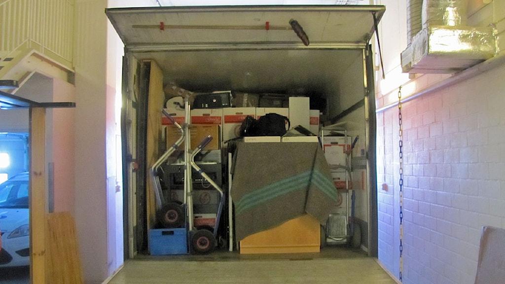 Fullastad flyttbil i garaget. Foto: Monica Elfström/SR.