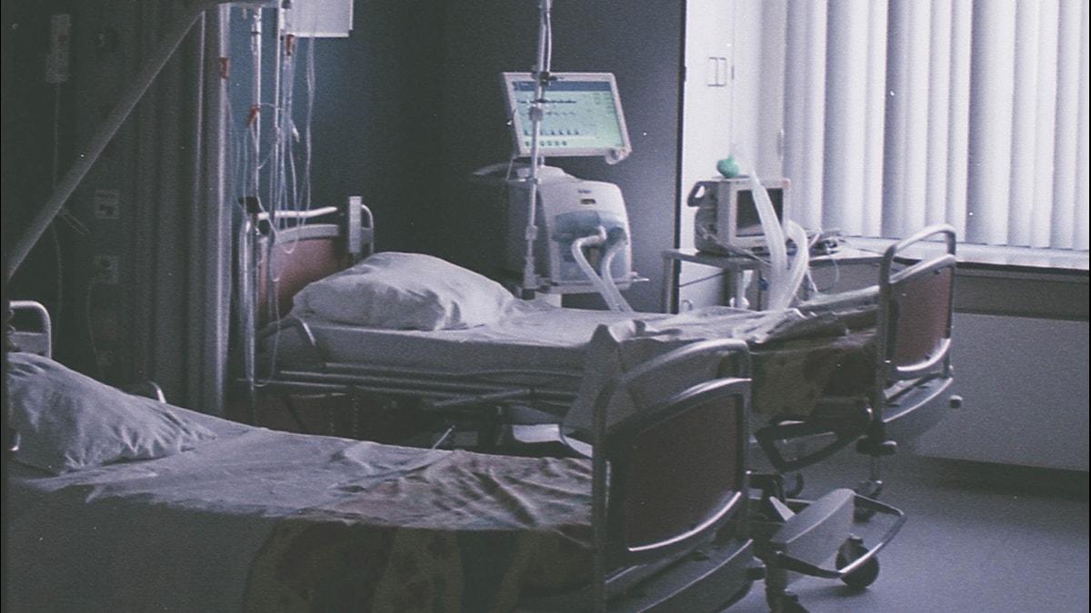 en bild på en mörklagd sjukhussal