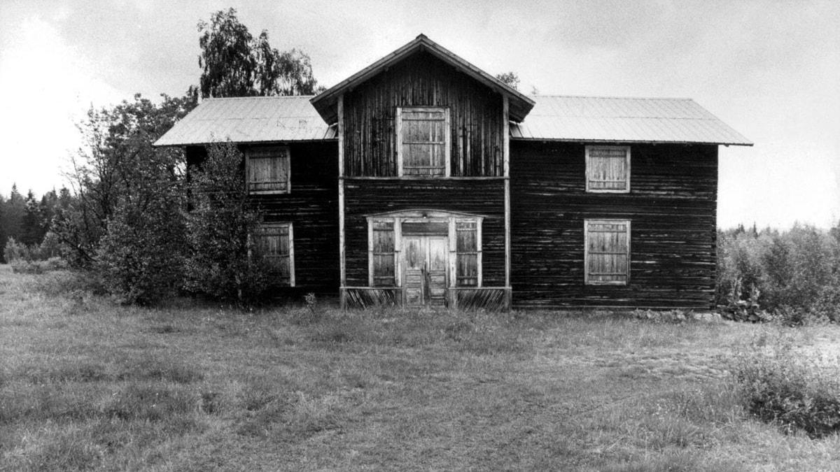 svartvit bild på gammalt ruffigt hus som behöver fixas