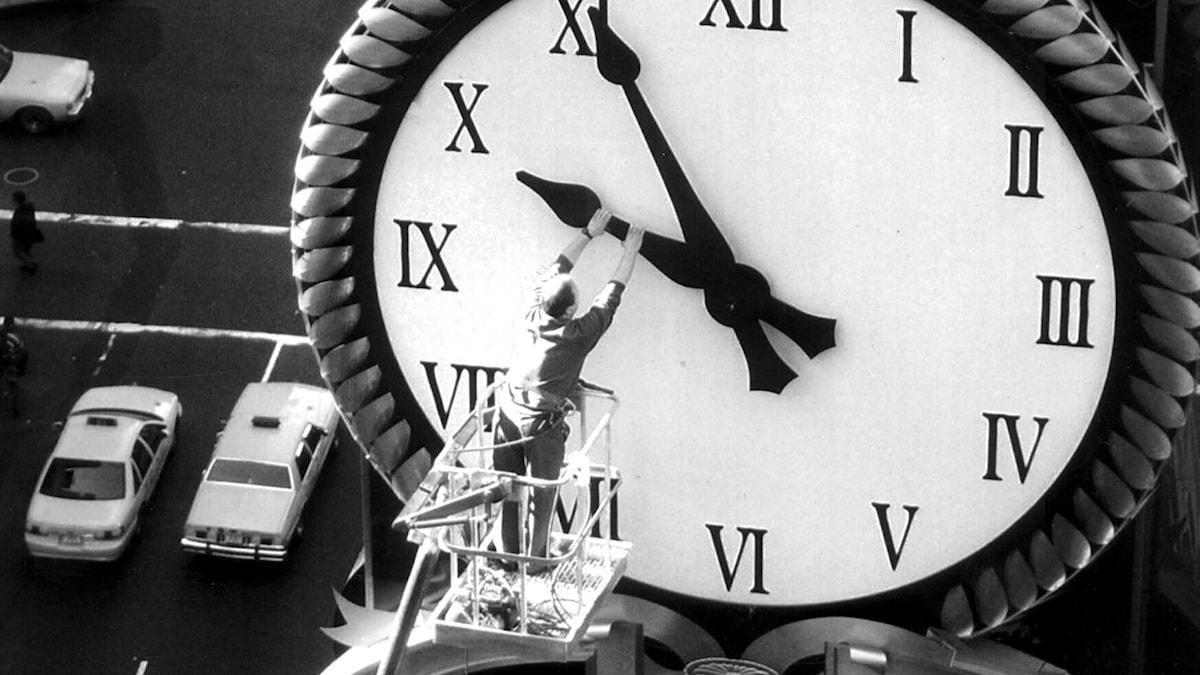 Hotellklockan på The Renaissance New York Hotel på New York Time Square backades tillbaka en timme 1995. Foto: AP/TT