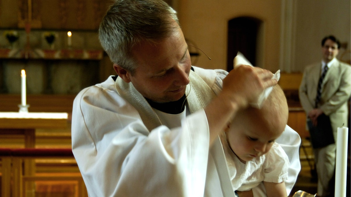Pojke döps i Sofia kyrka. Foto: Hasse Holmberg/TT