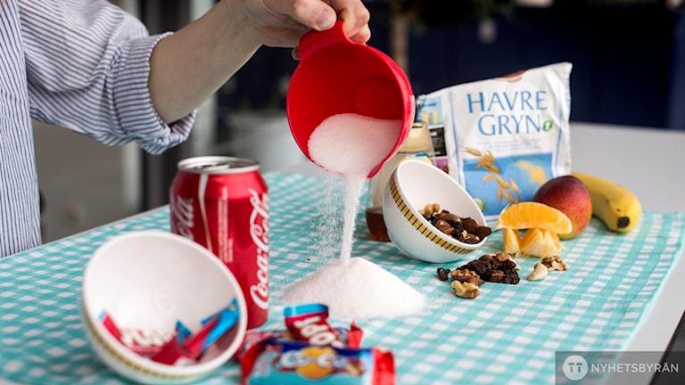 Socker. Bord med nyttiga och onyttiga produkter.