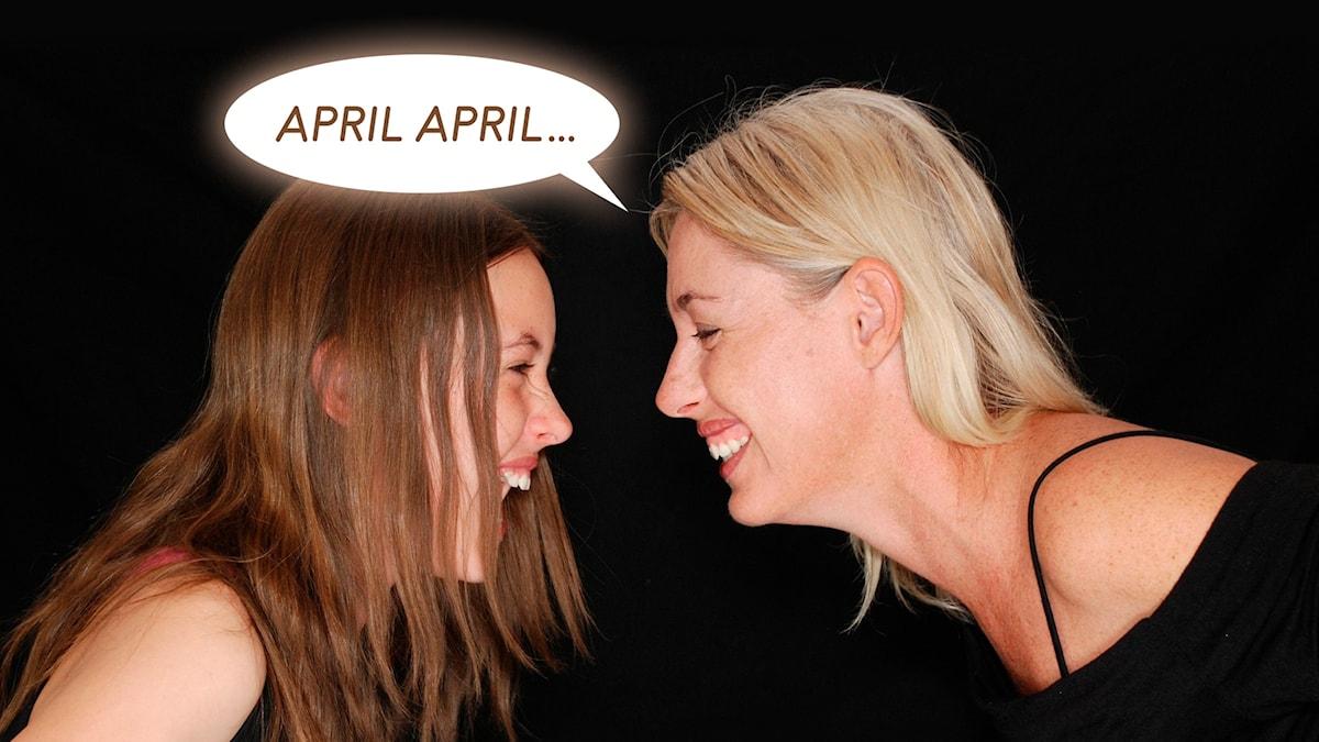 """Två kvinnor skrattar mot varandra. Från den enas mun kommer en pratbubbla med texten """"April april...""""."""