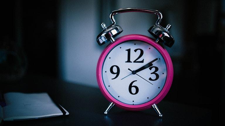 Klassisk väckarklocka i starkt lysande rosa färg.