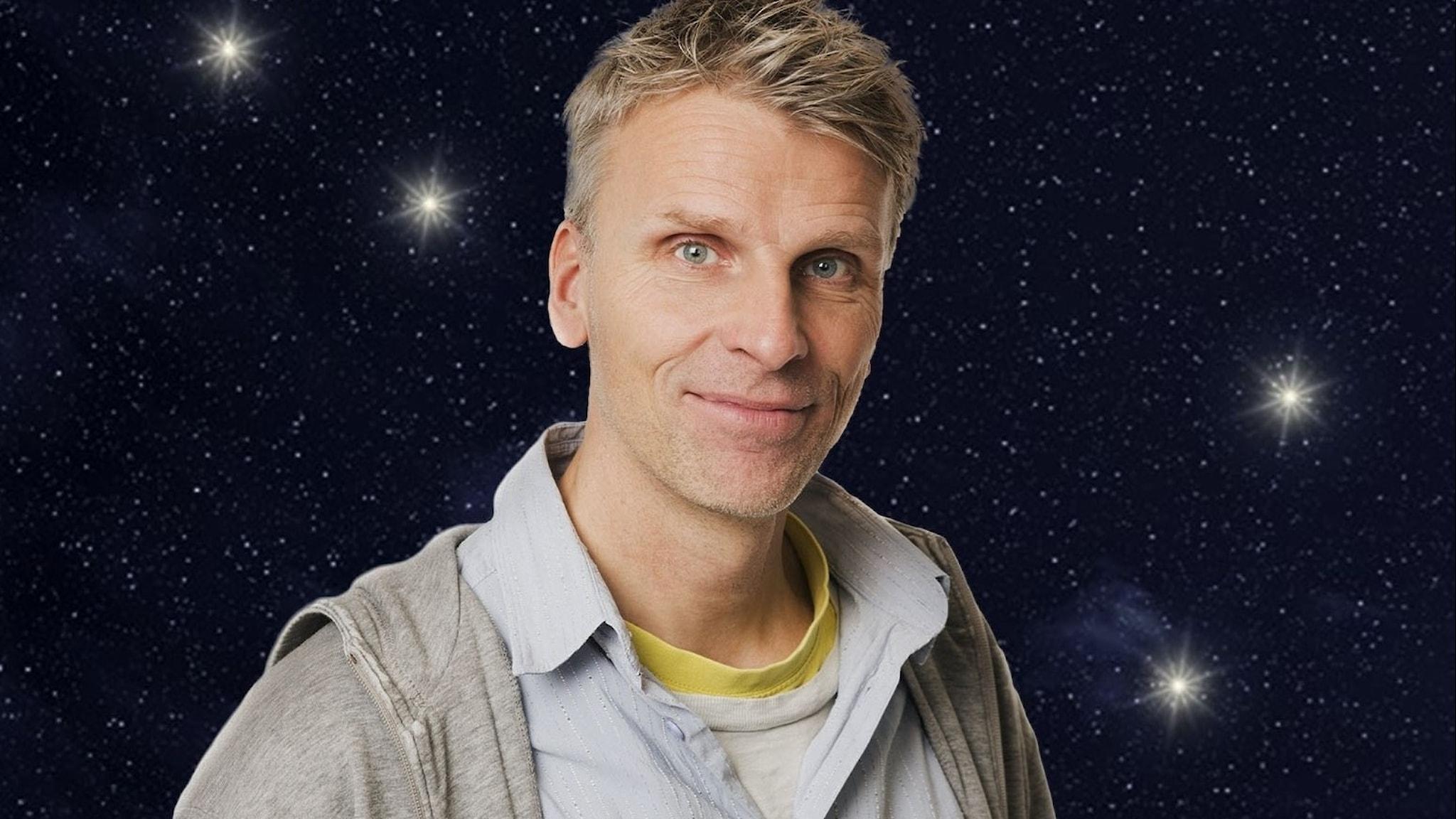 Programledaren christian Olsson framför stjärnhimmel