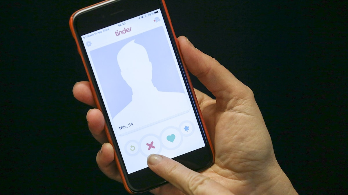 Närbild på hand som ska swajpa på app