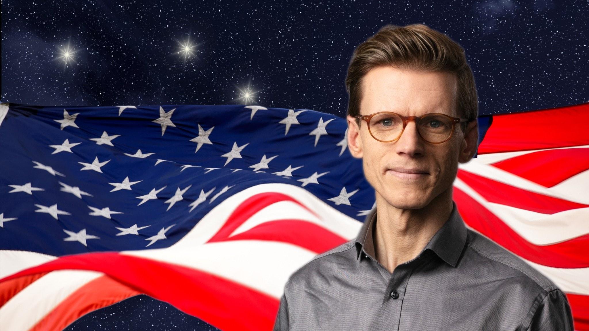 I förgrunden programledare Johan Signert, i bakgrunden USA:s flagga mot en stjärnhimmel.