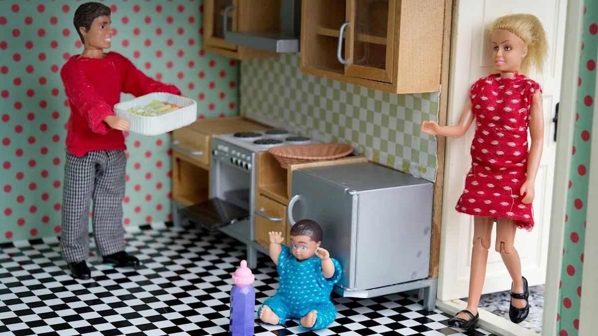 jämställdhet kök barbiedockor familj