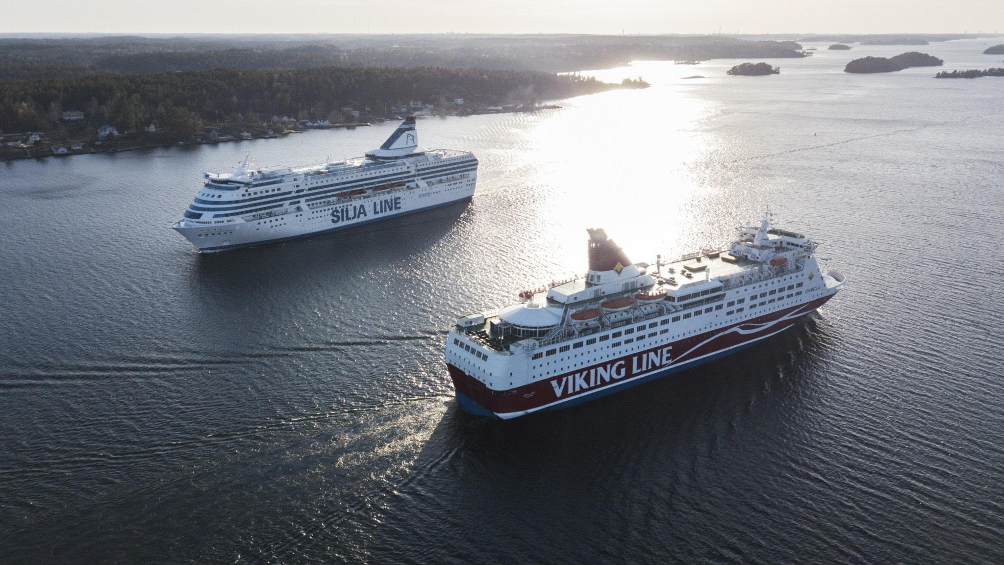 Två  Finlands-färjor ute på havet, Silja-line och Viking-line