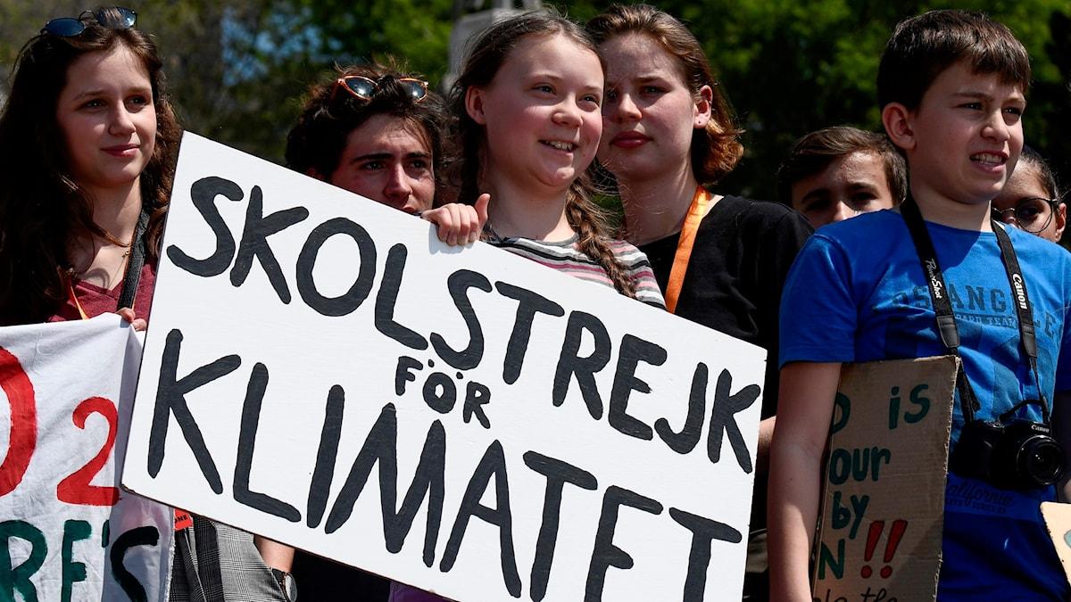 Greta Thunberg med flera demonstrerar i Rom, Italien i april 2019.