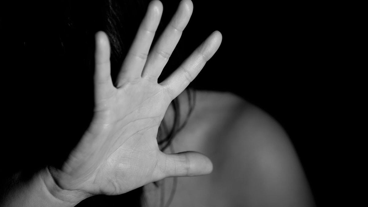 Person sträcker upp handen, svartvit