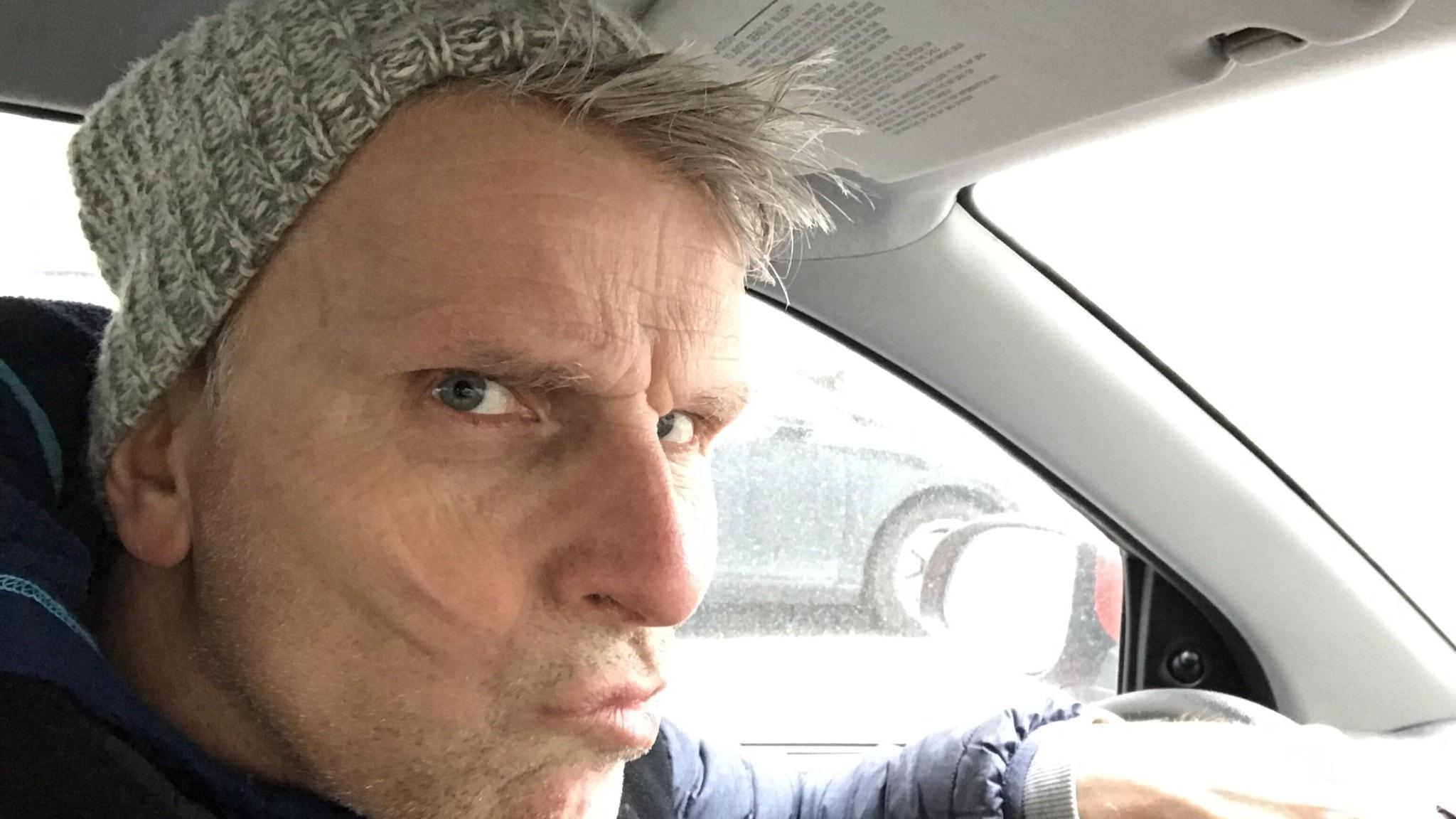 Programledare Christian Olsson ser bekymmersam ut