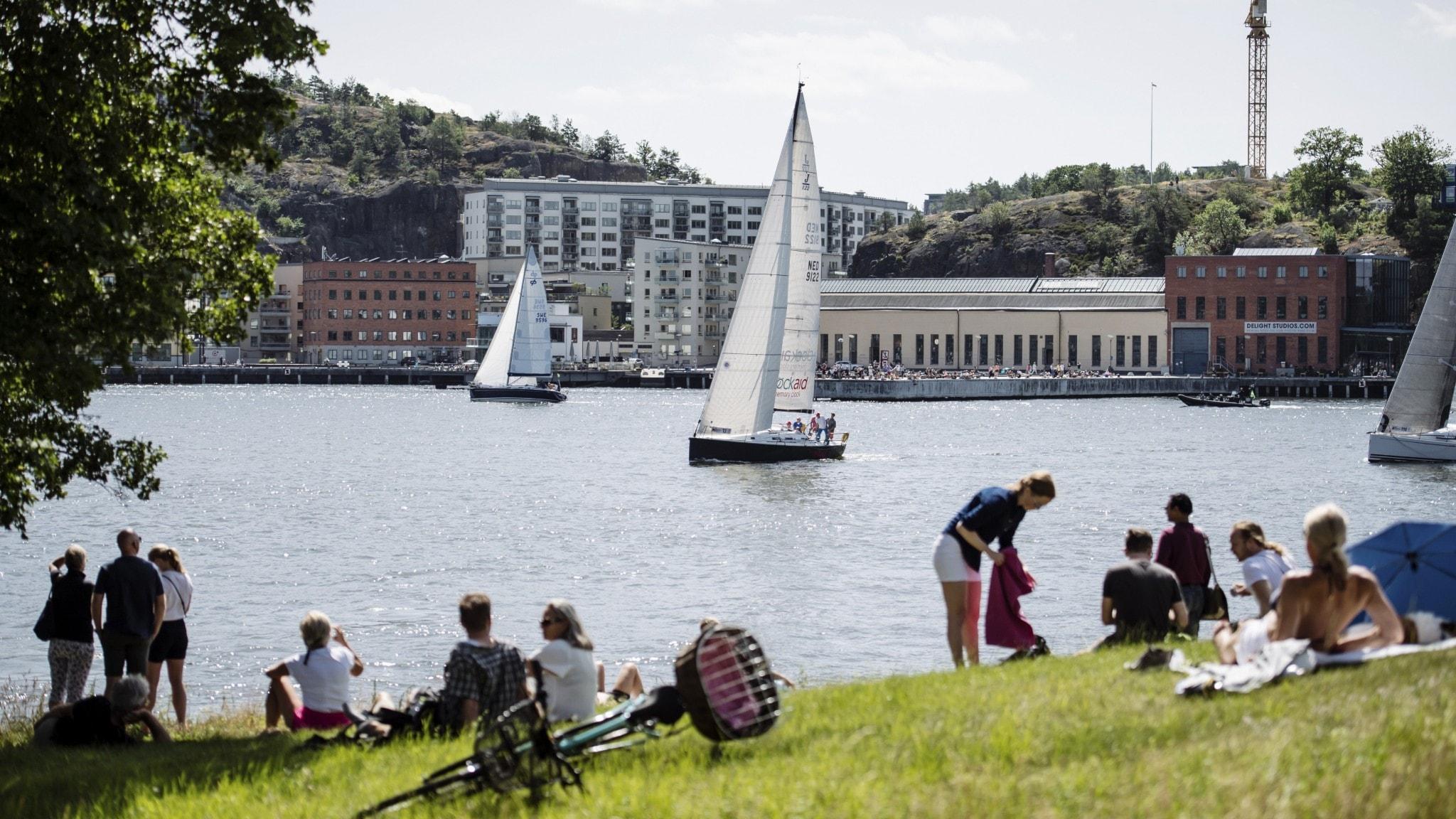 Åskådare på Biskopsudden ser ut över vattnet och segelbåtarna. Foto: Erik Simander/TT.