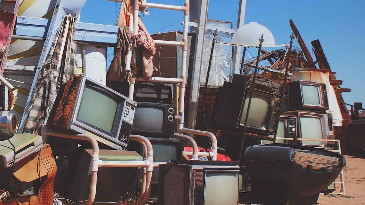 Äldre tv-apparater och andra äldre antikviteter på en hög.