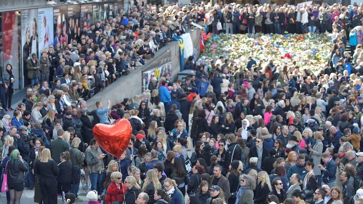Tusentals människor samlades i en kärleksmanifestation på Sergels Torg två dagar efter lastbilsattacken.