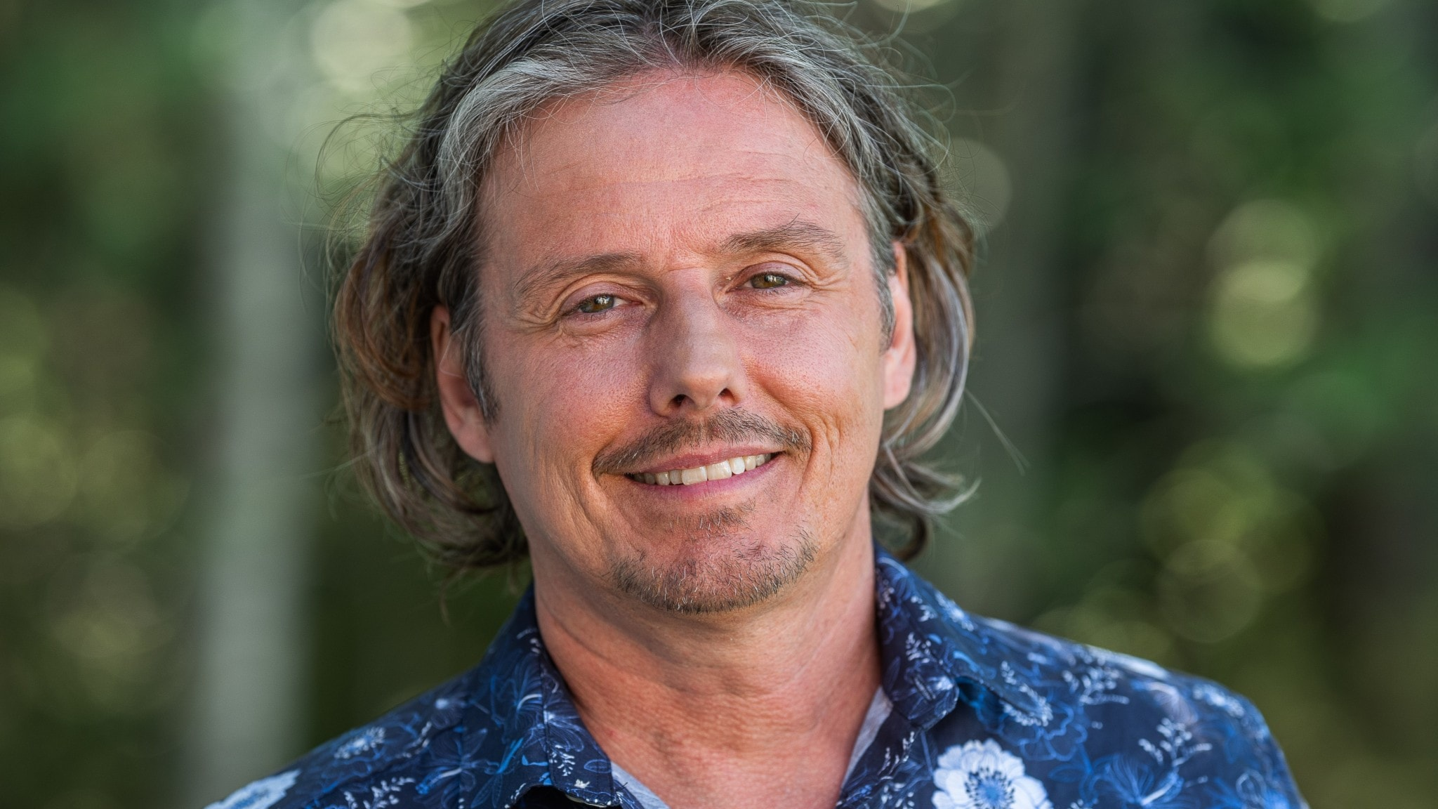 Porträttfoto på programledare Gerhard Stenlund.