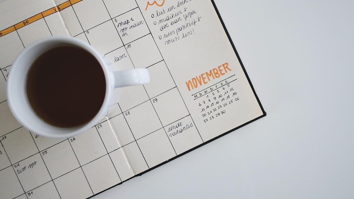 kalender och kaffekopp