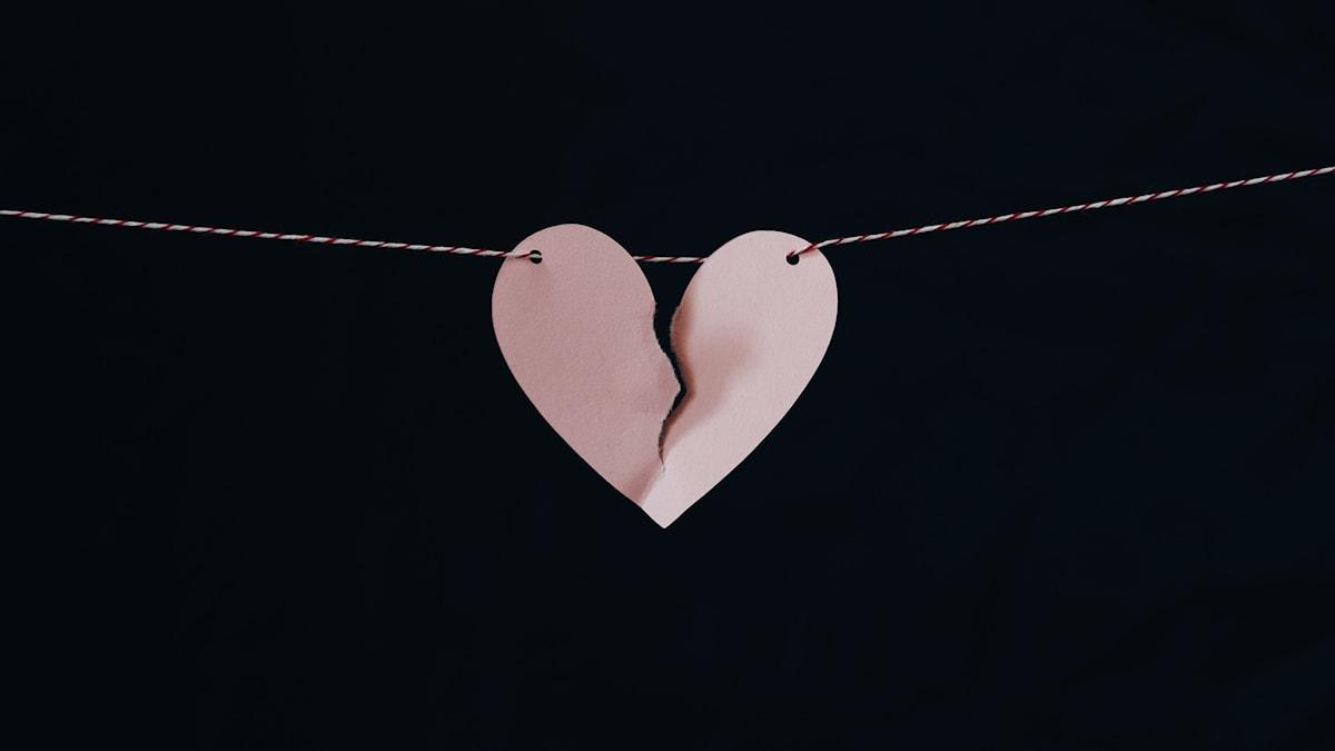 Ett brustet hjärta på ett snöre