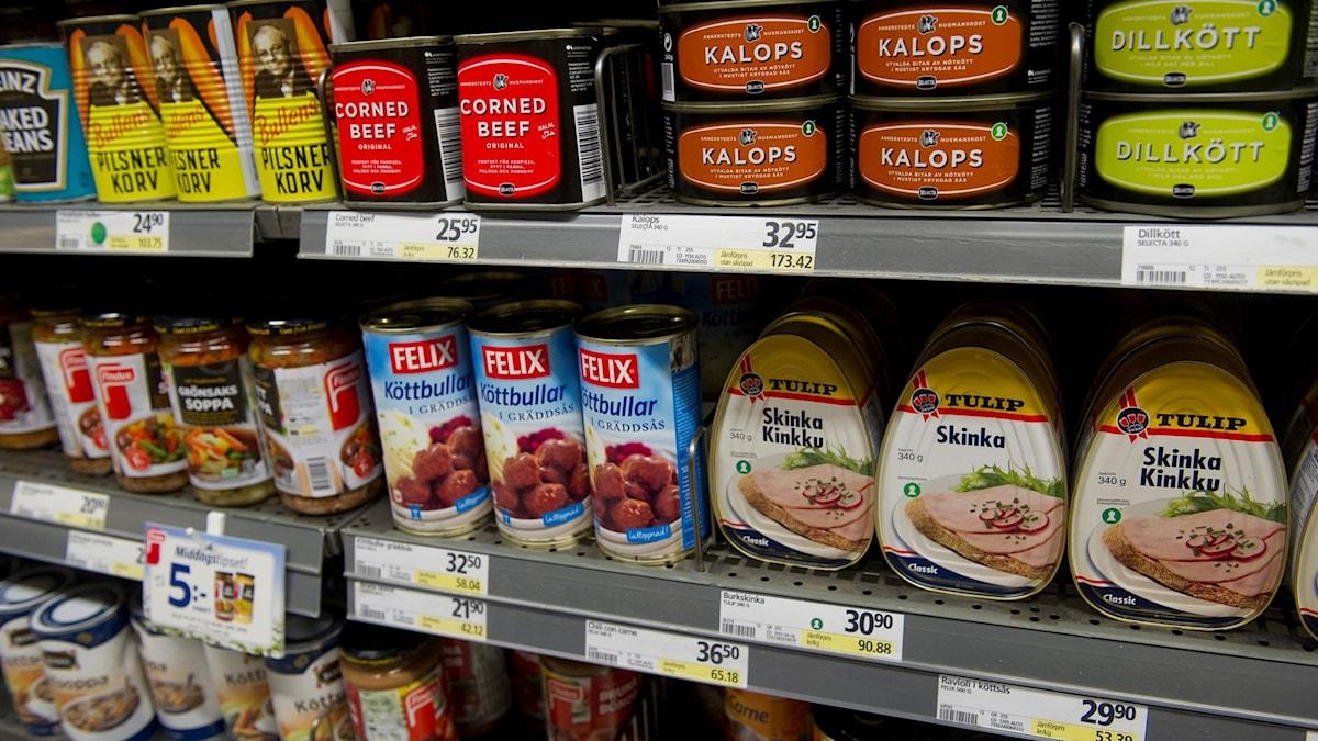 konservburkar på butikshylla