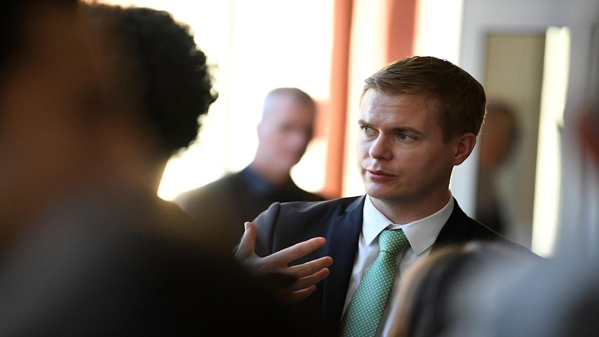 Utbildningsminister Gustav Fridolin (MP) kommenterar Pisarapporten på Rålambshovsskolan i Stockholm.