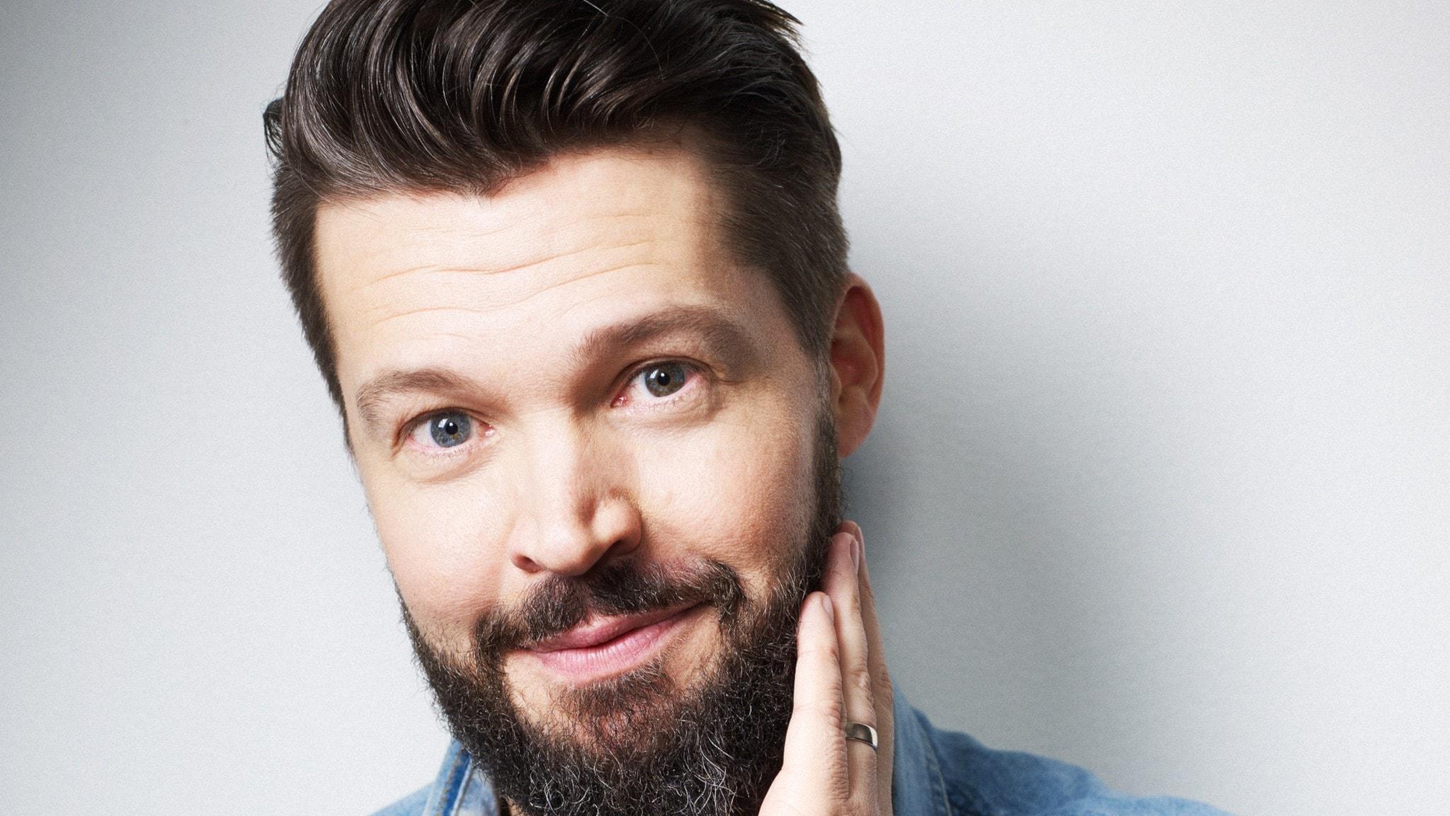 Komikern Niklas Andersson styr onsdagskvällens Karlavagnen.