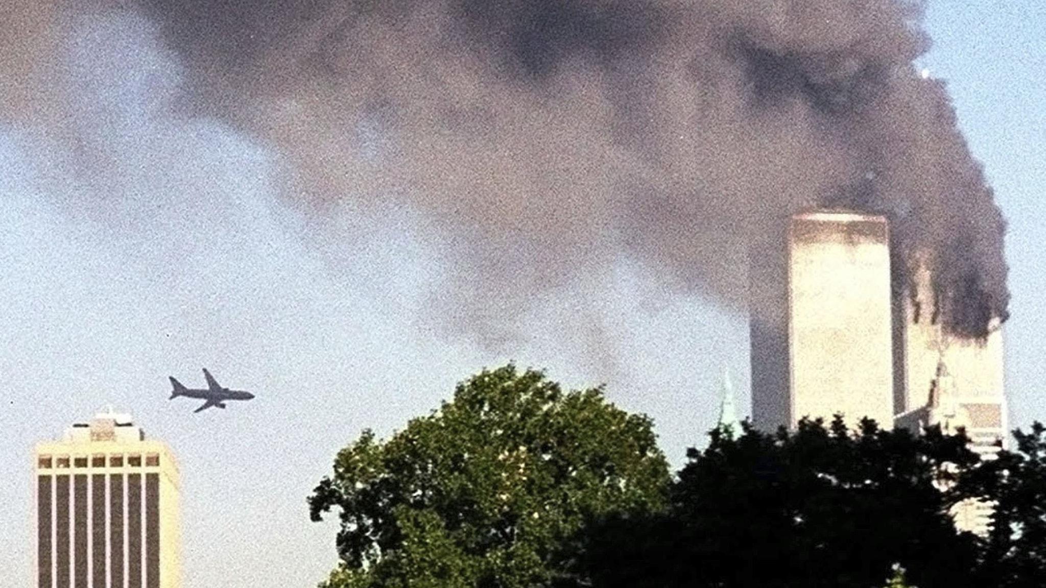 Flygplan flyger mot World Trade Center på Manhattan, New York.