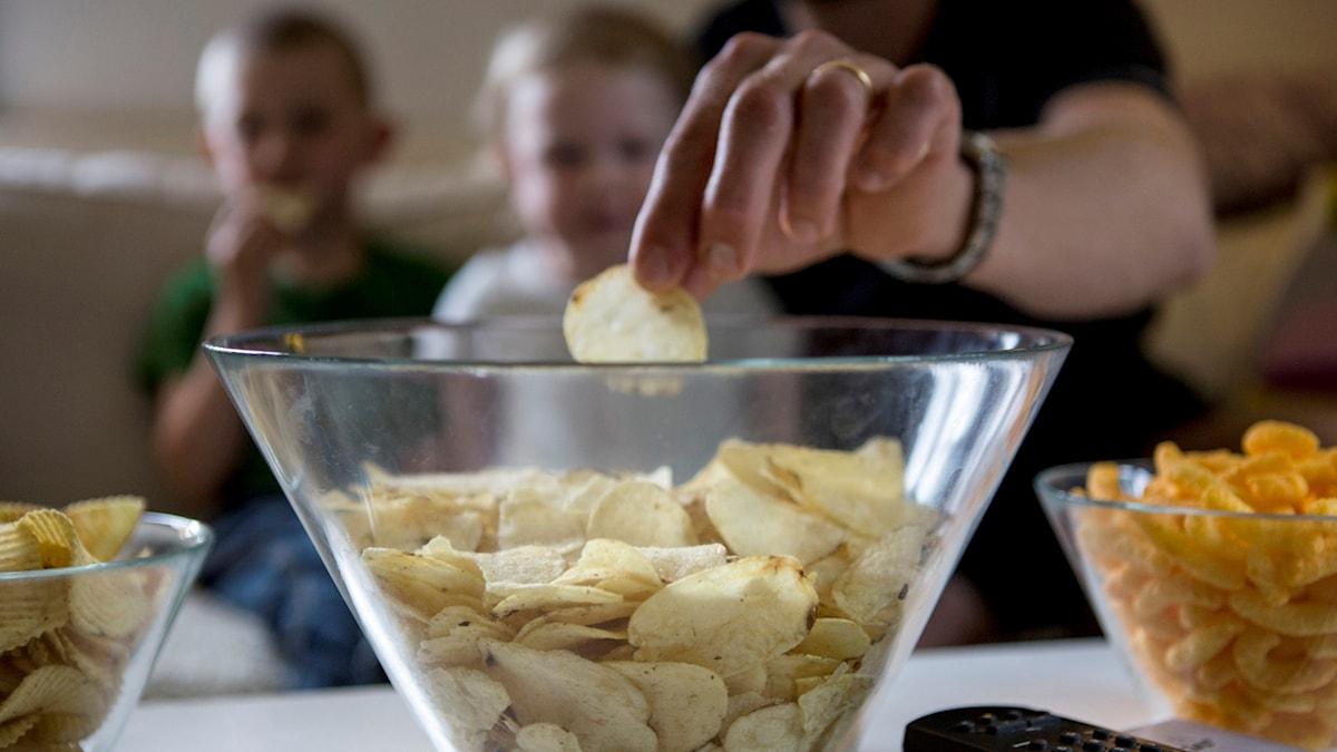 Chips, tv-soffa, barn, fredagsmys