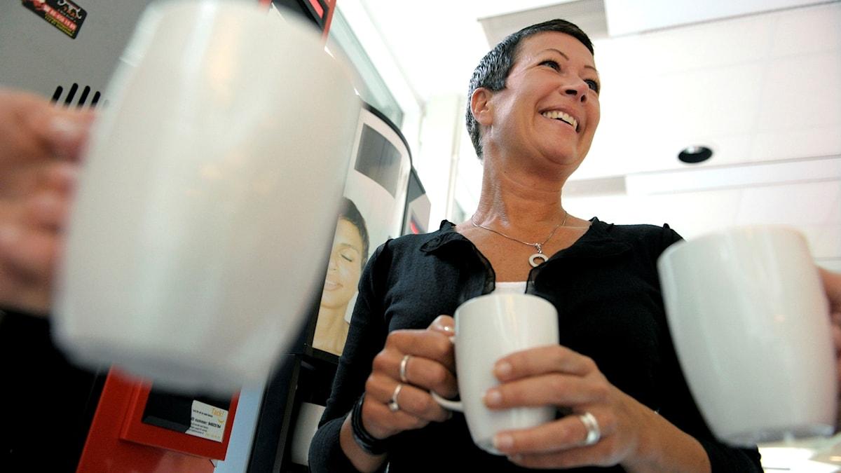Kollegor vid kaffeautomat