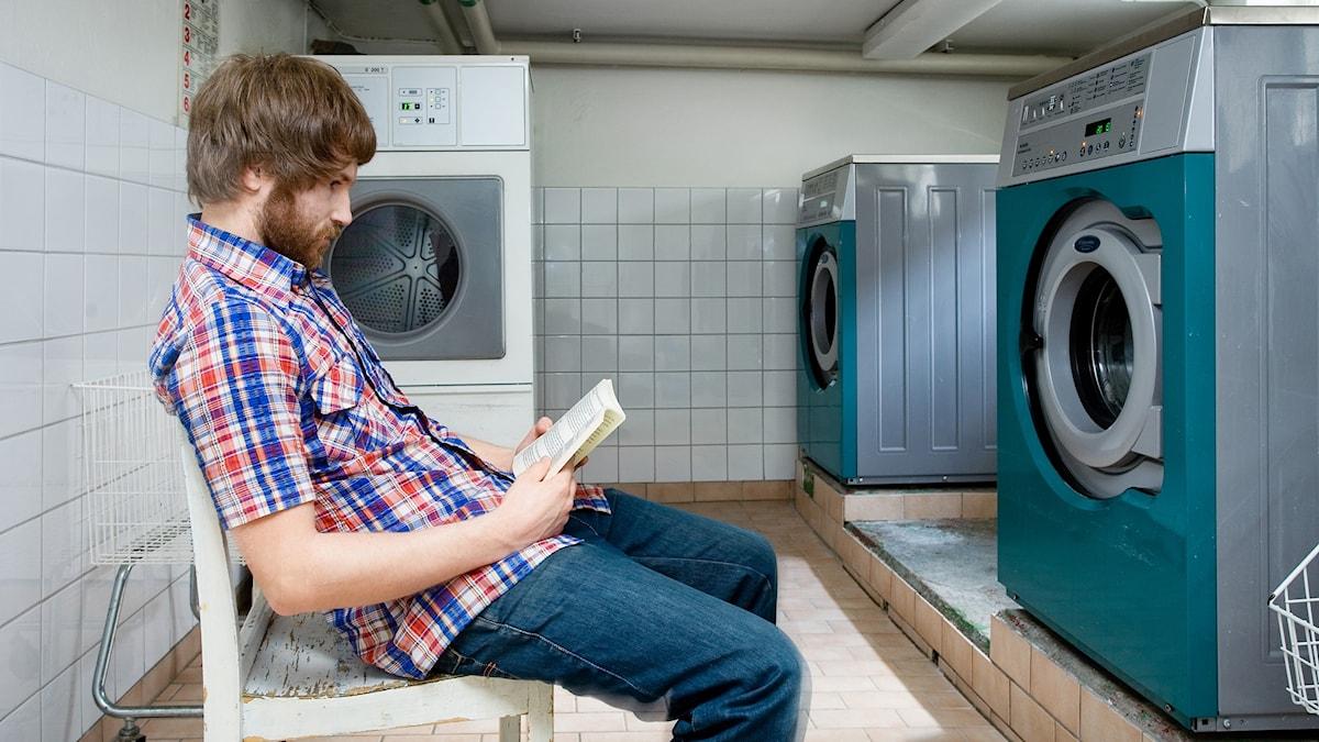 Kille väntar i tvättstuga