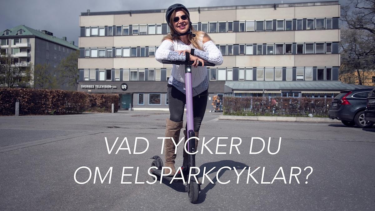 Kvinna lutar sig mot en elsparkcykel