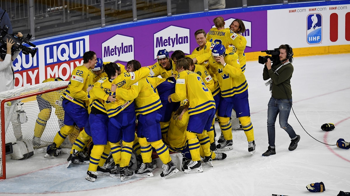 Tre Kronor firar VM-guld i en stor klunga.