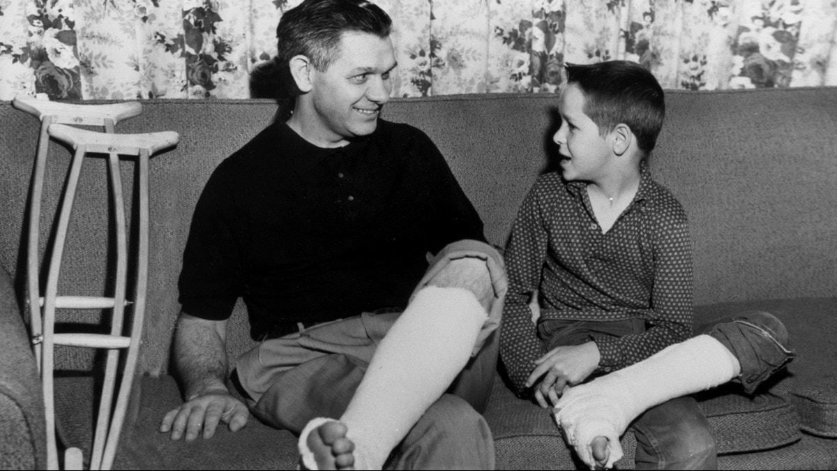Far och son med gipsade ben