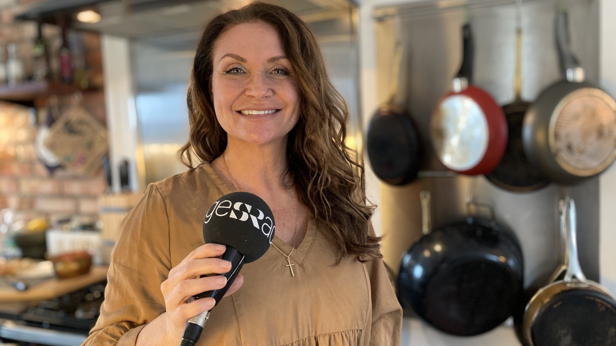 Christina Lindberg med mikrofonen i sitt kök.