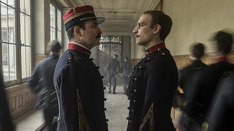 Jean Dujardin gör överste Georges Picquart och Louis Garrel spelar Alfred Dreyfus.