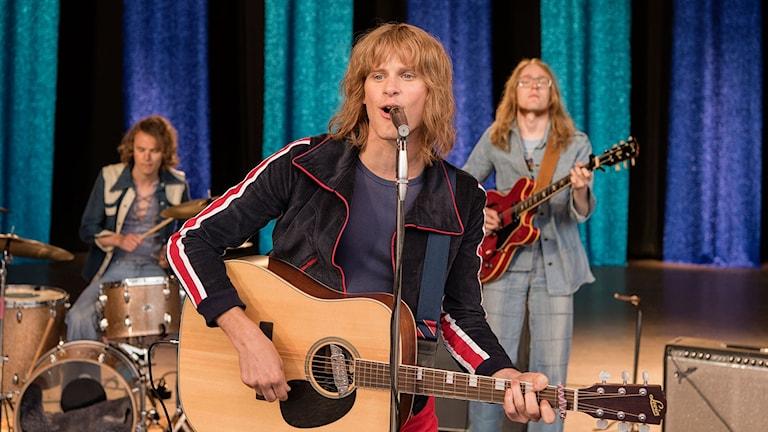 Adam Pålsson sjunger i Ted: För kärlekens skull. Foto: Nordisk Film.