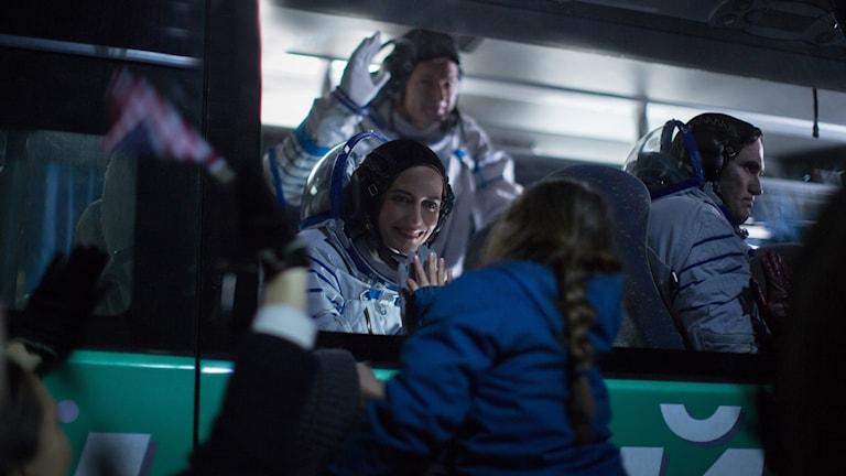 Sarah (Eva Green) möter sin dotter innan avfärden till Mars.