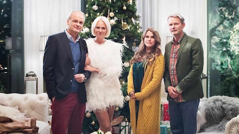 Johan Rheborg (Fredde), Josephine Bornebusch (Mickan), Mia Skäringer (Anna) och Felix Herngren (Alex) i Solsidan. Foto: SF Studios.