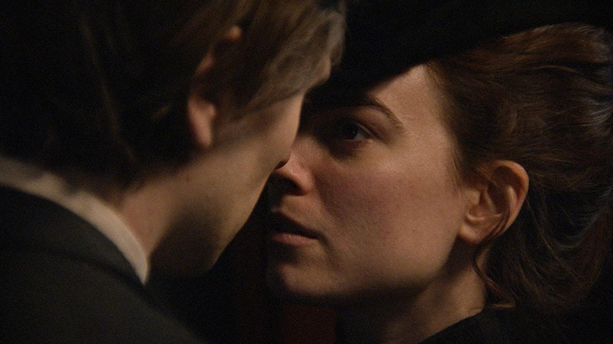 Sverrir Gudnason och Karin Franz Körlof i Den allvarsamma leken. Foto: Nordisk Film.