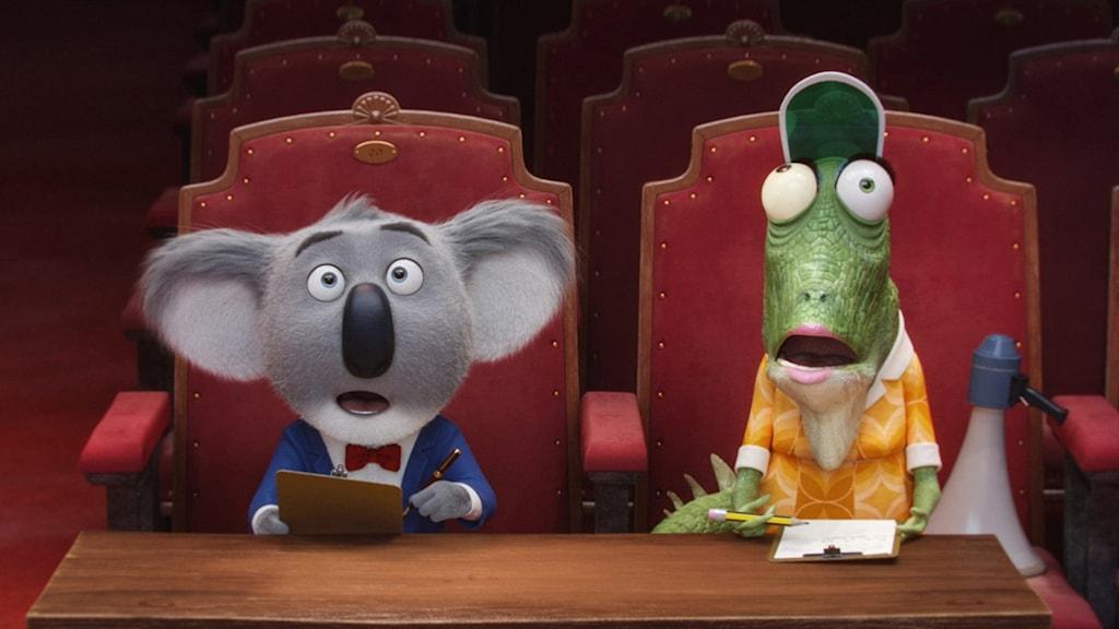 Buster Moon och hans assistent Miss Crawley i animerade Sing. Foto: UIP.