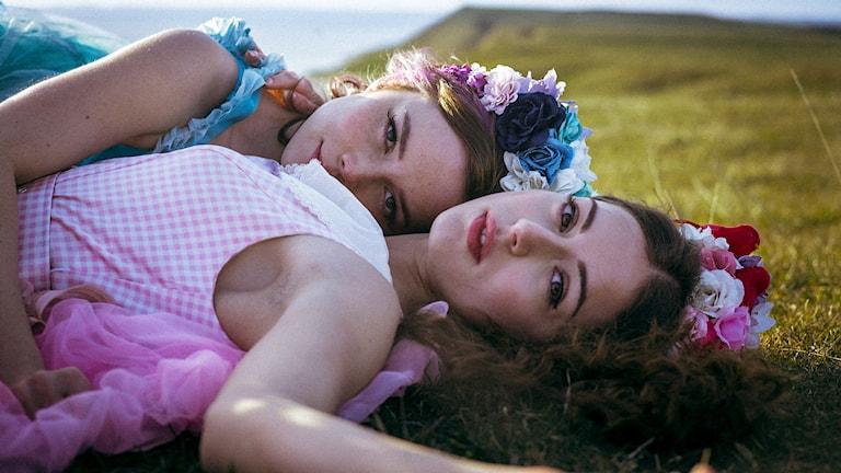 Hedda Stiernstedt och Felice Jankell i Unga Sophie Bell. Foto: NonStop Entertainment.