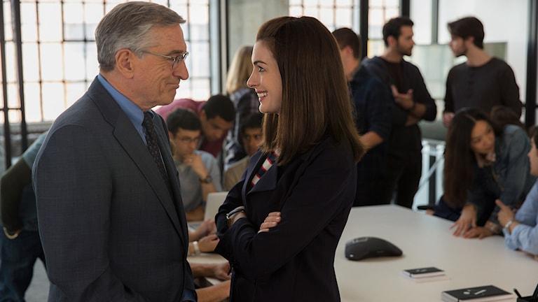 Robert DeNiro och Anne Hathaway i The Intern. Foto: Fox Movies.